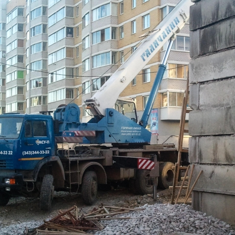 Установка автокрана на стройплощадке