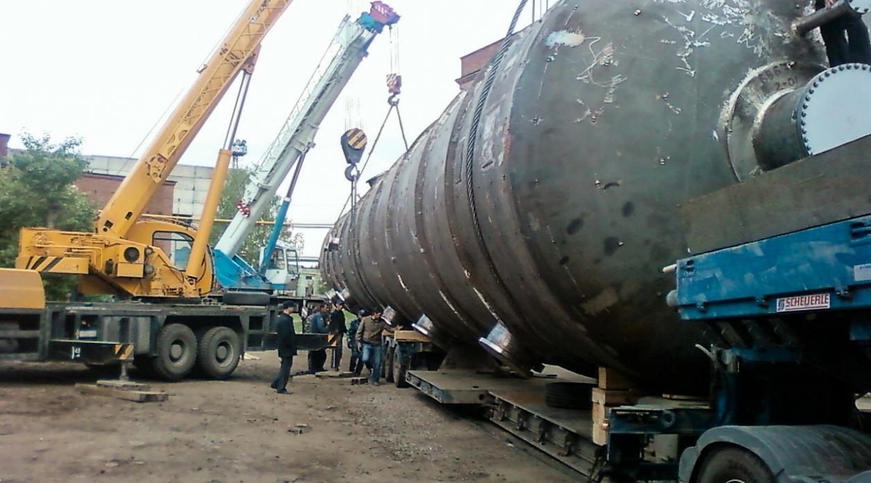 Разгрузка 4 автокранами емкости весом 80 тонн